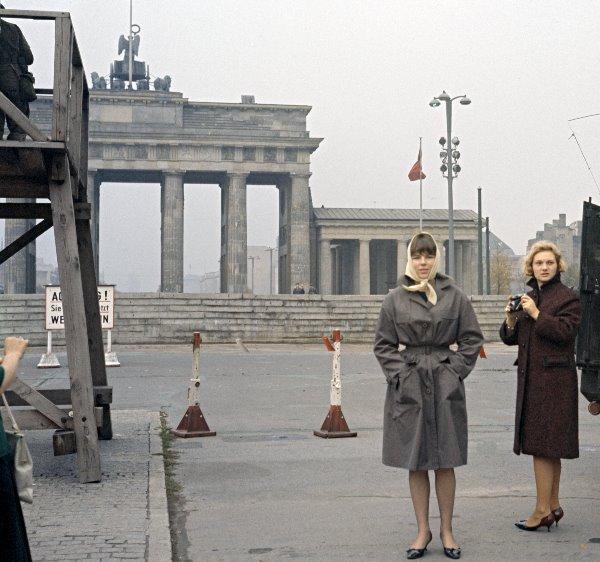 1961. Mauer am Brandenburger Tor. Zwei Damen. DDR