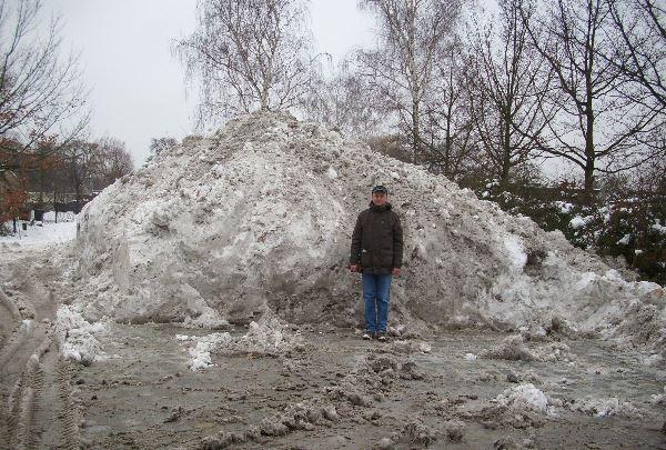 Schneehaufen auf einem Parkplatz.