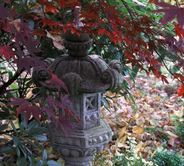 Japanische Steinlampe mit rotem Herbstlaub
