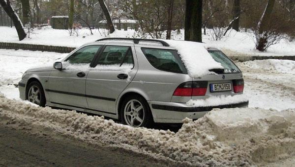 Auto hinterm Schneewall