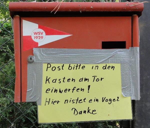 Post bitte in den Kasten am Tor einwerfen. Hier nistet ein Vogel.