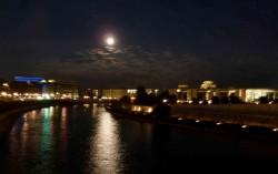 Mond über dem Regierungsviertel
