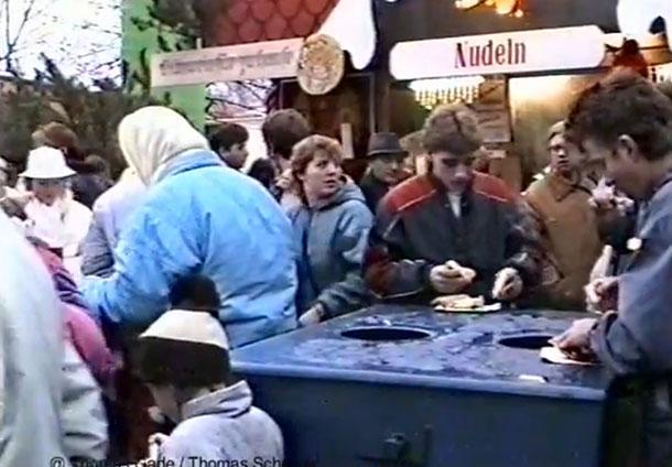 1988. DDR. Imbiss am Weihnachtsmarkt
