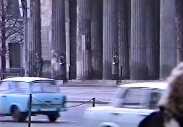 1988. DDR. Str. unter den Linden. Neue Wache