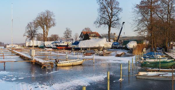 Winterlager für Boote. Was nicht an Land ist, liegt im Eis.