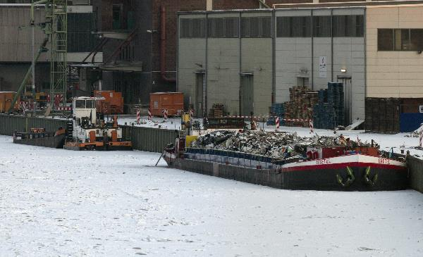 Eingefrorene Binnenschiffe beim Westhafen