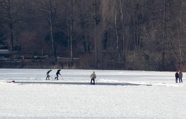Eislaufen auf dem Plötzsensee. Schlittschuh laufen