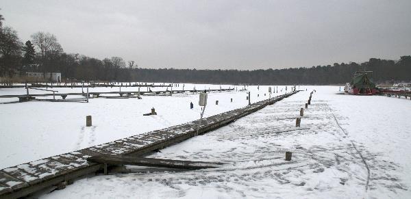 Holzstege im Eis. Pohlesee