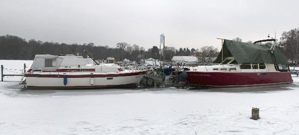 Pohlesee. Boote im Eis. Sprudelanlage