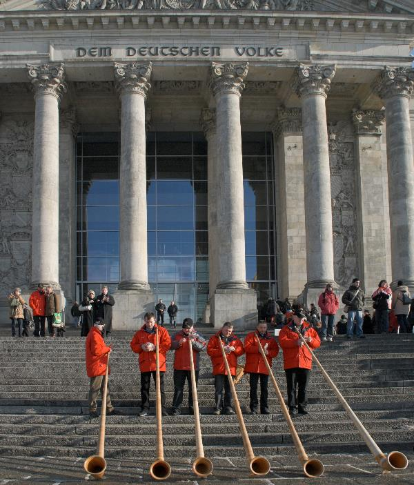 Alphornbläser auf den Stufen des Reichstags.  Ein Ständchen fürs Volk