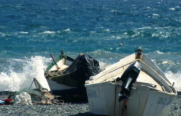 1997, Spanien, Andalusien, Costa del Sol, Almunecar. Fischerboote am Strand. Meer, Wellen, Mittelmeer