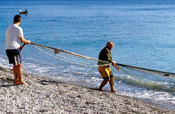 November 1998, Spanien, Andalusien, Costa del Sol, Mittelmeer. Fischer beim Einholen eines Netzes in Almunecar.