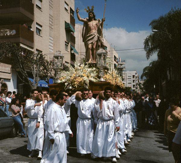 März 1993. Spanien. Andalusien. Semana Santa in Almunecar. Prozession / Umzug. Viele Teilnehmer tragen Umhänge mit spitzen Kapuzen.