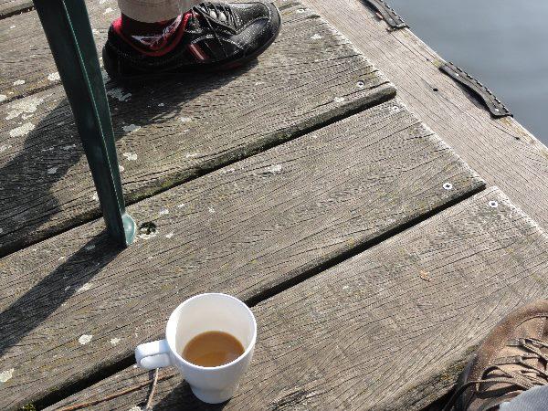 Kaffee auf dem Steg