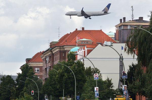 Flugzeug dicht über der Müllerstraße. Wen juckt's, Herr Bürgermeister?