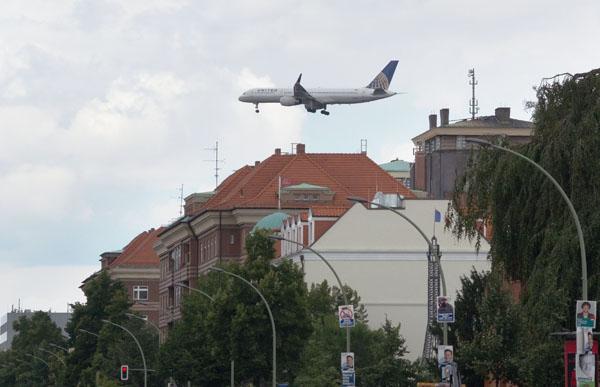 Berlin. Tieffliegendes Flugzeuge über der  Müllerstraße. Kein Photoshopeffekt, sondern Realität.