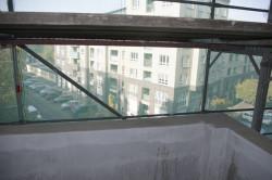 Blick aus dem Fenster. Gerüst mit grünem Netz