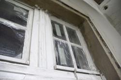 Alte Fenster mit undichten Rahmen. Kein Schutz vor Baustaub