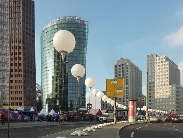 Weiße Ballons am Potsdamer Platz