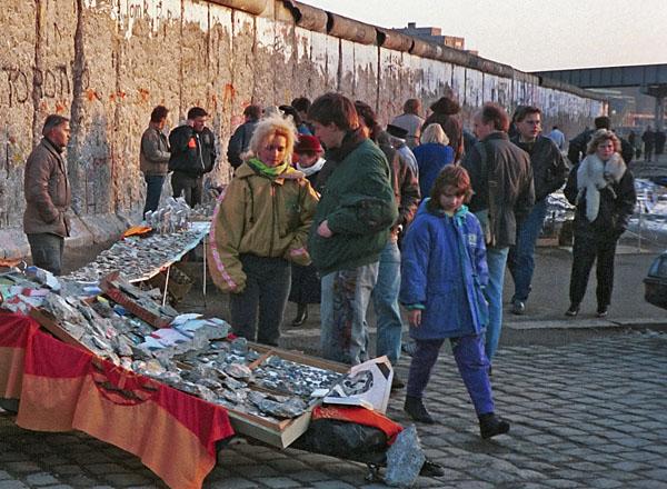 Verkauf von Mauerstücken am Potsdamer Platz - Foto: Thomas Gade