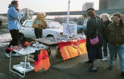 Mauerstückchen und DDR Kitsch als Souvenirs - Foto: Thomas Gade