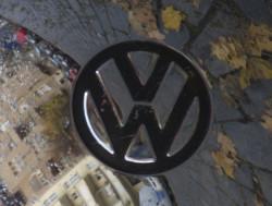 Spiegelung in der Radkappe eines VW Käfers
