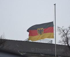 20. 12. 2016. Berlin. Charlottenburg. Deutsche Flagge auf Halbmast wegen des gestrigen Attentats auf dem  Weihnachtsmarkt am Breitscheidplatz, bei dem ein Lastwagen in die Menge und gegen die Buden gesteuert wurde.