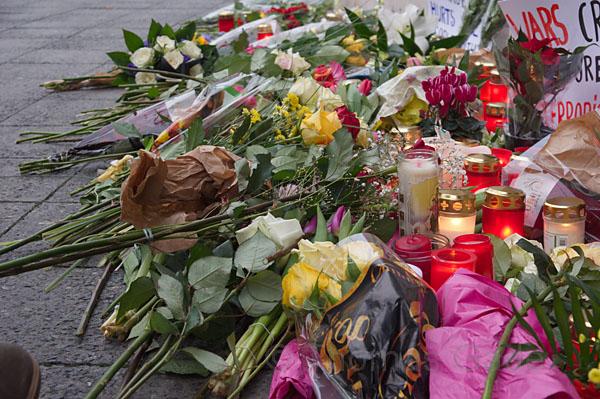 20. 12. 2016. Berlin. Charlottenburg. Weihnachtsmarkt am Breitscheidplatz am Tage nach dem Terrorattentat, bei dem ein Lastwagen in die Menge und gegen die Buden gesteuert wurde. Bilanz: 12 Tote und ca. 50 Verletzte. Blumen und Kerzen. Trauer