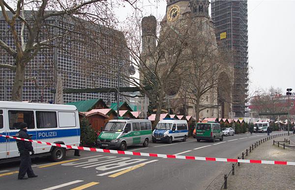 20. 12. 2016. Berlin. Charlottenburg. Weihnachtsmarkt am Breitscheidplatz am Tage nach dem Terrorattentat, bei dem ein Lastwagen in die Menge und gegen die Buden gesteuert wurde. Bilanz: 12 Tote und ca. 50 Verletzte. Alle Lichter waren aus und der Markt war stillgelegt.