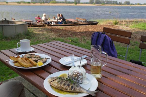 26. 4. 2014. Brandenburg. Linum. Fischgerichte im Restaurant Fischerhütte