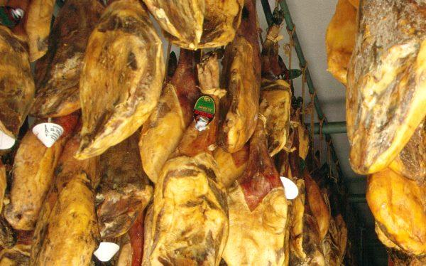 Spanien, 1997, Alpujarras, Trevelez (1476 m) gehört zu den weißen Dörfern in den Alpujarras. Dort werden luftgetrocknete Schinken produziert.
