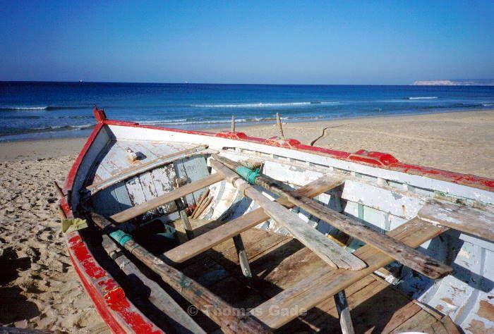 November 1998. Spanien. Andalusien. Zahara de los Atunes. Fischerboot am Strand.